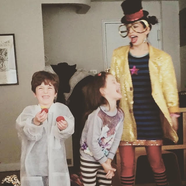 NYC magician Razzle Dazzle with kids at party